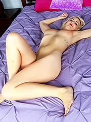 Marilyn Moore masturbating live